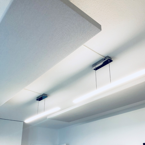 Salle de réunion axysweb : zoom sur les fixations des panneaux acoustiques et l'éclairage