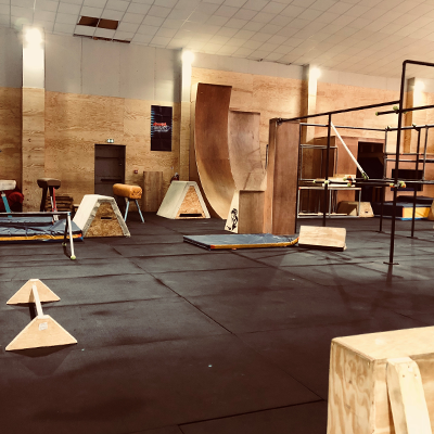 salle de sport simiiforme à bruges modules de parkour en bois